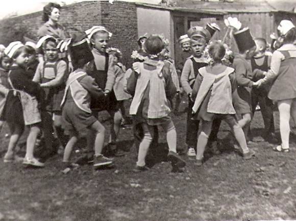 Historia Przedszkola- zabawy ruchowe na placu